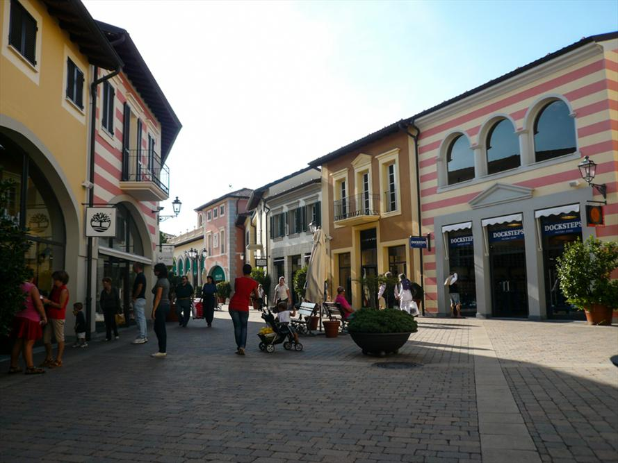 Serravalle designer outlet things to do in serravalle for Outlet design milano